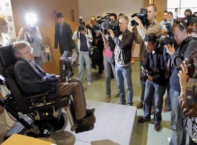 El cosmólogo británico Stephen Hawking al inicio de la rueda de prensa que ha dado este mediodía en Santiago de Compostela