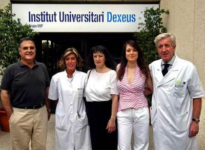 Victoria Anna Perea (segunda por la derecha), primera niña probeta nacida en España, junto a sus padres naturales, la biológa Anna Veiga y el doctor Pere Barri, durante la celebración de su 20 cumpleaños en julio de 2004