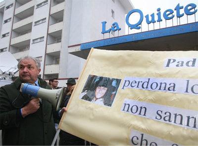 Miembros de una asociación integrista pro vida muestran pancartas a favor de no suspender la alimentación a Eluana.