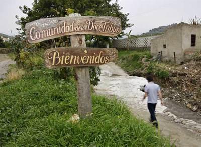 Cartel de bienvenida de Las Doce Tribus en Nerja (Málaga).