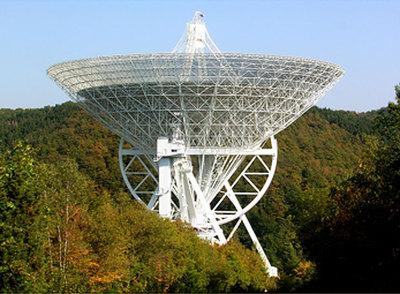 Radiotelescopio de Effelsberg (Instituto Max Planck de Radioastronomía, Alemania), con un diámetro de 100 metros. Antenas gigantescas como ésta son las que nos permiten estudiar, con gran detalle, el movimiento de la Tierra.