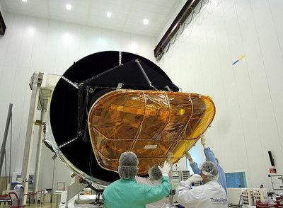 El telescopio espacial Planck es desempaquetado a su llegada al Centro Espacial Europeo en la Guyana Francesa, en Kourou, desde donde será lanzado.