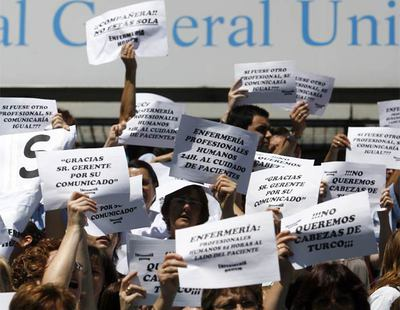Decenas de enfermeros se concentran ante las puertas del Hospital Gregorio Marañón, en Madrid, para pedir la dimisión del director gerente del centro, Antonio Barba, por su gestión del  caso Ryan .