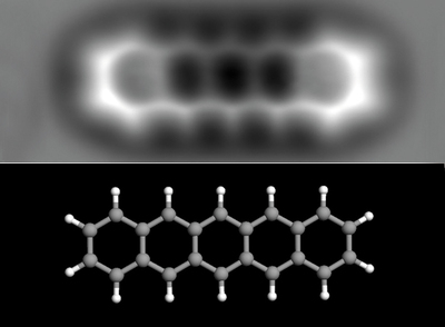 Estructura interna de una molécula de pentaceno, de 1,4 nanómetros de longitud. Abajo, modelo de la misma (los átomos grises son de carbono y los blancos de hidrógeno).