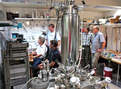 Científicos del centro de investigación de IBM en Zúrich junto al microscopio de fuerzas atómicas.