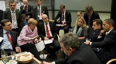 La canciller alemana, Angela Merkel, conversa con Obama y líderes europeos en la recta final de la cumbre.