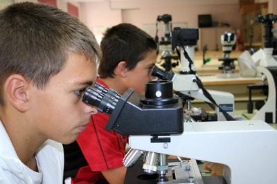 Algunos de los alumnos del Proyecto Agua, en el laboratorio.