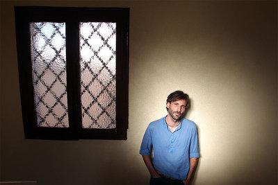 Ricardo Paternina Soberón, en la escalera de su edificio.