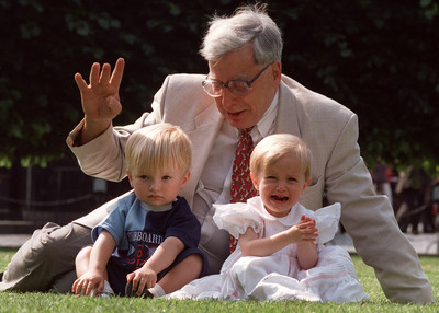 El profesor Robert Edwards posa con Sophi y Jack Emery, dos 'niños probetas', en una imagen de archivo de julio de 1998.