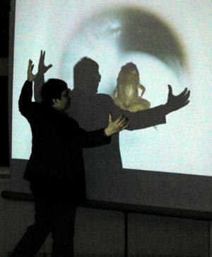 Andre Geim explicando cómo hacer que levite una rana en un campo magnético, experimento que le valió el IgNobel en 2000.