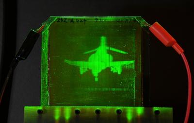 Imagen holográfica dinámica de un avión Phantom F-4 proyectada en un polímero fotorefractivo durante un experimento en la Universidad de Arizona