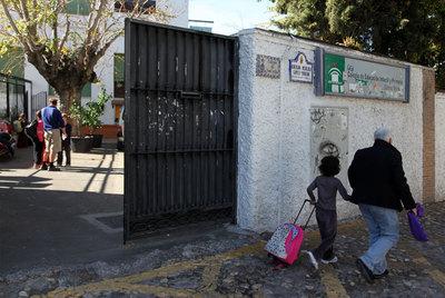 Exterior del colegio granadino donde se detectó el brote.
