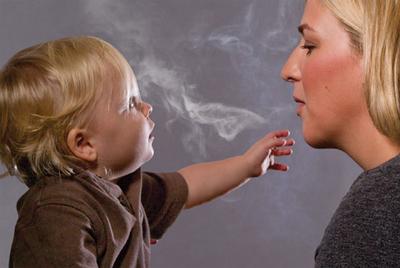 Los niños son los más expuestos al humo de los fumadores.