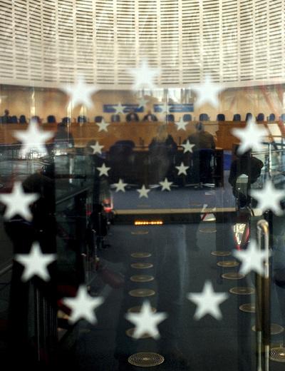 Vista, a través de un cristal, del Tribunal Europeo de Derechos Humanos de Estrasburgo