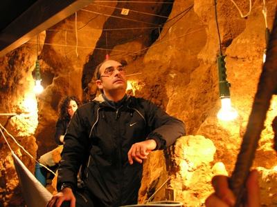 El paleontólogo Carles Lalueza-Fox en la cueva de E Sidrón (Asturias).
