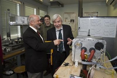 Rolf Heuer, director del CERN (a la derecha) junto a su colega Pier Oddone, director de Fermilab, (izquierda) durante una visita de este último al laboratorio europeo el pasado miércoles.