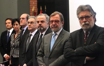 En primer plano, Joaquín Estefanía, Juan Luís Cebrián, Ignacio Polanco, el decano de la UAM, José Marías Sanz y el ministro de Educación, Ángel Gabilondo.