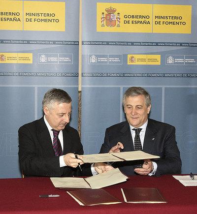 José Blanco y Antonio Tajani, durante la firma del convenio.