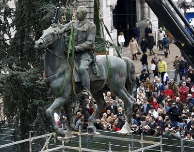 Momento en que es izado de su peana la estatua ecuestre de Francisco Franco, que ha sido retirada hoy de la plaza del Ayuntamiento de Santander. Esta figura de bronce, que ha presidido la principal plaza de Santander desde 1964, era la última representación de Franco a caballo.