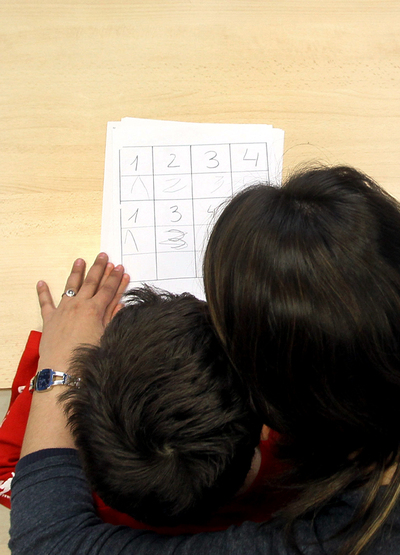 En la foto en primer plano el alumno autista Marcos junto a su profesora Shere Cadeas durante un ejercicio de supervision.