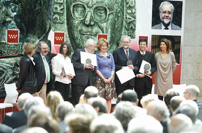 Aguirre posa con los galardonados en los premios Miguel Catalán y Julián Marías.