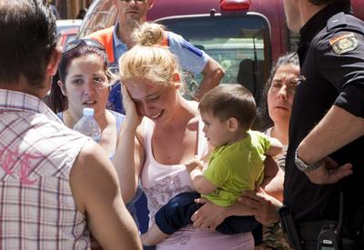 Familiares y amigos de una mujer víctima de violencia de género lamentan su muerte en Almería