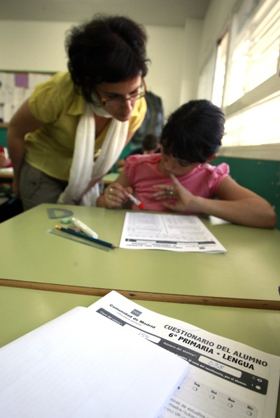 Una alumna de 6º de Primaria del colegio público El Espinillo, en Villaverde ( Madrid) , realiza la prueba de CDI, en 2009.