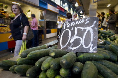 Venta de pepinos en un puesto de verdura del mercado de Atarazanas de Málaga