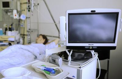 Un afectado por 'E.coli' enterohemorrágico (EHEC), en su cama de una habitación aislada de la Clínica Universitaria Eppendorf de Hamburgo