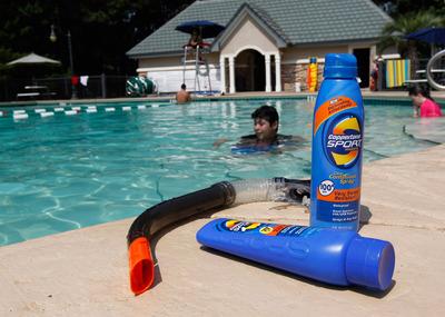 Un niño, con un factor protector 100, juega en una piscina de Montgomery, Alabama.