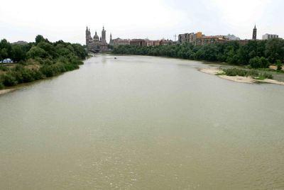 El río Ebro, a su paso por Zaragoza, en una de las zonas más afectadas por la contaminación química