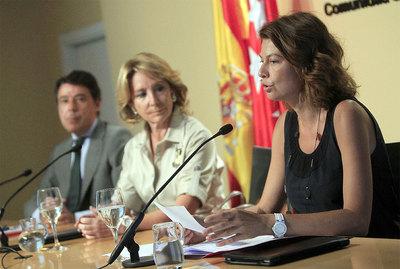 Ignacio González, Esperanza Aguirre y Lucía Figar, en la rueda de prensa.