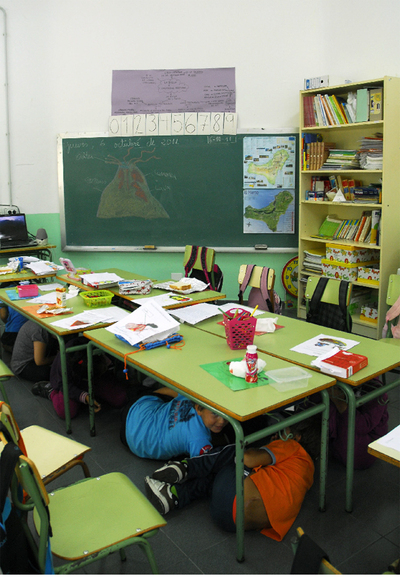 Niños de una escuela de El Hierro simulan un terremoto para ensayar las medidas de seguridad.