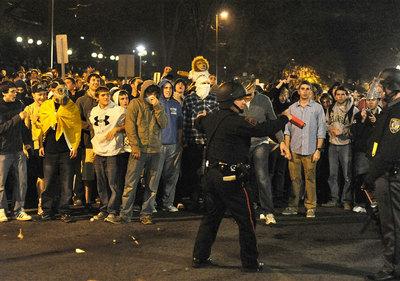Decenas de jóvenes protestaron anoche en State College contra la destitución de Joe Paterno como entrenador principal de la Universidad Penn State