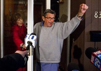 Joe Paterno responde a las muestras de apoyo de sus seguidores a las puertas de su casa en State College (Pensilvania) tras conocerse su destitución