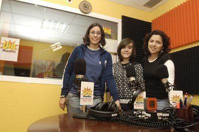 Varias alumnas en la Radio Universitaria de Huelva, Uniradio, en una imagen de 2008.