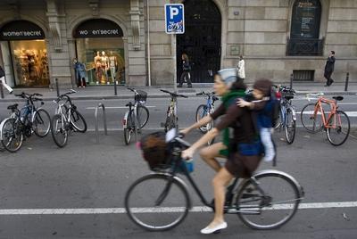 Una usuaria de la bicicleta circulando por el carril bici de la Diagonal de Barcelona.