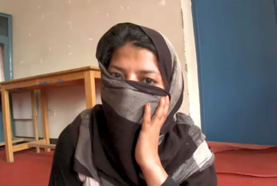 Gulnaz, agredida sexualmente en Afganistán, en una captura de la cadena CNN.
