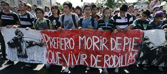 Cientos de estudiantes se manifestaron el pasado jueves 24 de noviembre de 2011 por las calles de Santiago de Chile.