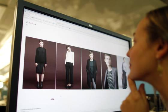 Una chica observa el catálogo de compra por la web de Zara.