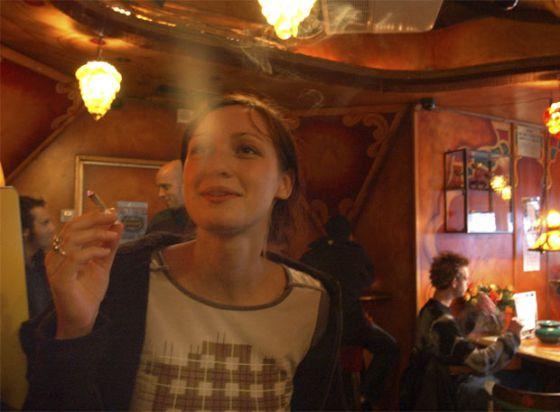 Una mujer fuma un cigarro de marihuana en un 'cofeeshop' de Ámsterdam.