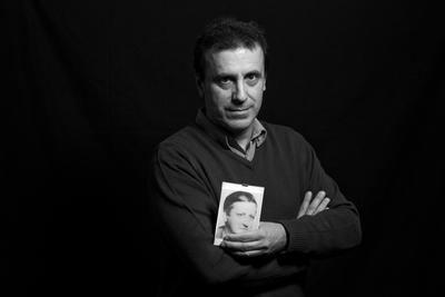 Iñaki García Arrizabalaga con una foto de su padre, Juan Manuel García Cordero.