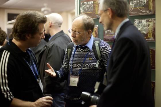 El cristalógrafo Michael G. Rossmann (en el centro) 40 años después de iniciar el Banco de Datos de Proteínas, celebra el aniversario en Cold Spring Harbor.