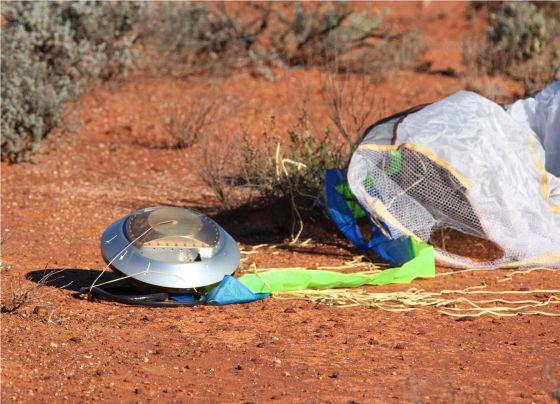 La cápsula 'Hayebusa' cayó en Australia al regresar de su odisea espacial en la que tmó muestras de polvo de un asteroide.