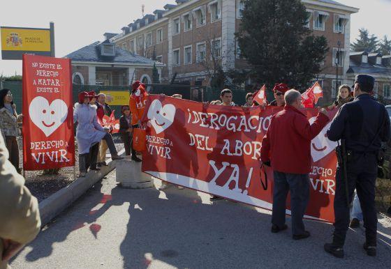 Simpatizantes de Derecho a Vivir han acudido hoy a las puertas del Palacio de la Moncloa para reclamar la derogación del aborto al nuevo Gobierno