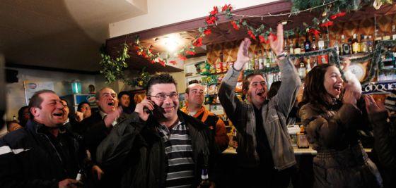 El alcalde de Villar de Cañas, en el centro de la imagen, celebra la designación con otros vecinos de la localidad.