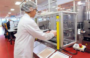 Una mujer trabaja en la producción de vacunas en una planta de Glaxo.