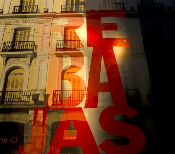 Un escaparate anuncia rebajas en Madrid.