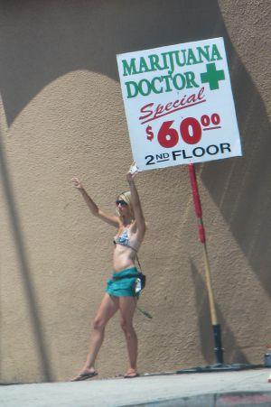 El 'doctor Marihuana' se anuncia en las calles de Los Ángeles