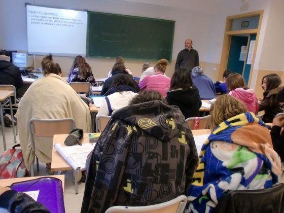 Estudiantes del IES Navarro Santa Fe de Villena (Alicante) dando clase con mantas.